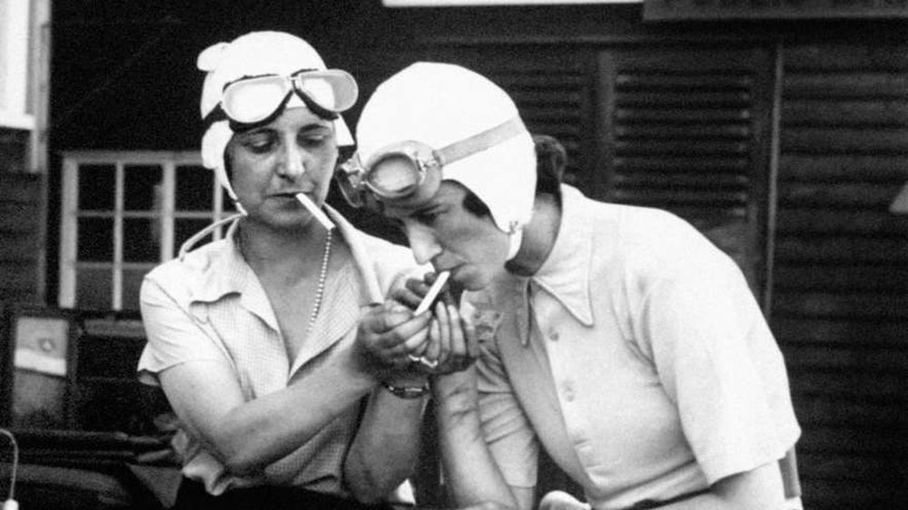 mrs-gordon-simpson-and-the-young-australian-racing-driver-joan-richmond-sitting-in-miss-richmonds-1921-3-litre-g.p.-ballot-racer-1934
